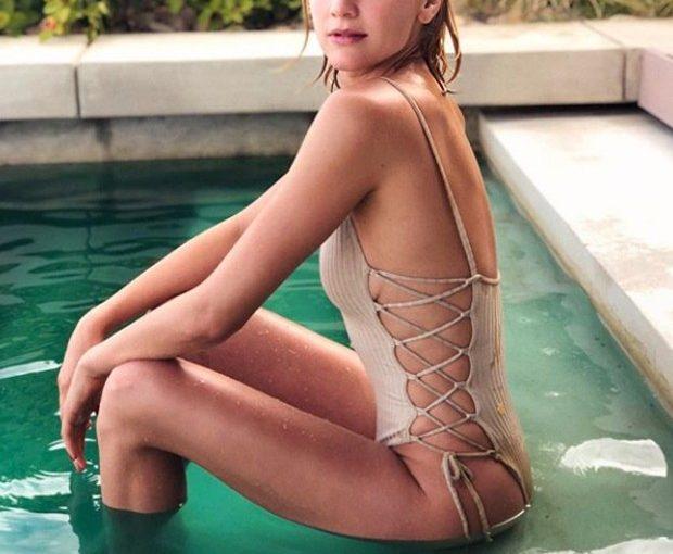 Namorada de Ronaldo, Celina Locks posa de maiô em foto sexy na piscina