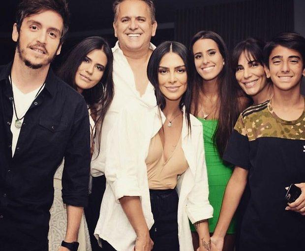 Família Pires & Morais se reúnem para passeio de limousine; Cléo, Gloria Pires e Antônia Morais compartilharam momento