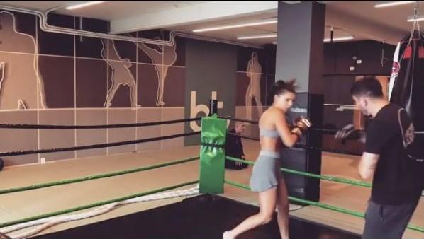 Mariana Rios impressiona com treino de boxe