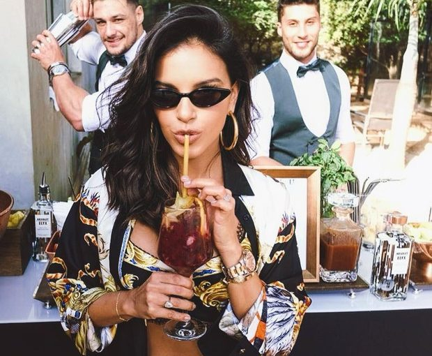 Mariana Rios posa poderosa bebendo drinque e recebe elogios
